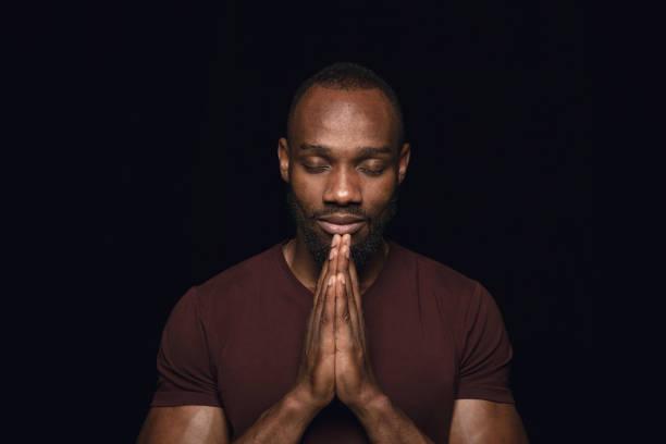 Nahaufnahme Porträt des jungen Mannes isoliert auf schwarzem Studio-Hintergrund – Foto