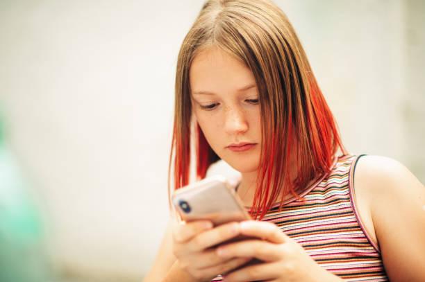 Nahaufnahme Porträt von jungen Teenager-Mädchen mit Smartphone – Foto