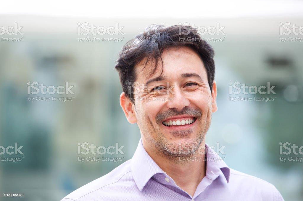 Gros plan homme mûr détendu, souriant à l'extérieur - Photo