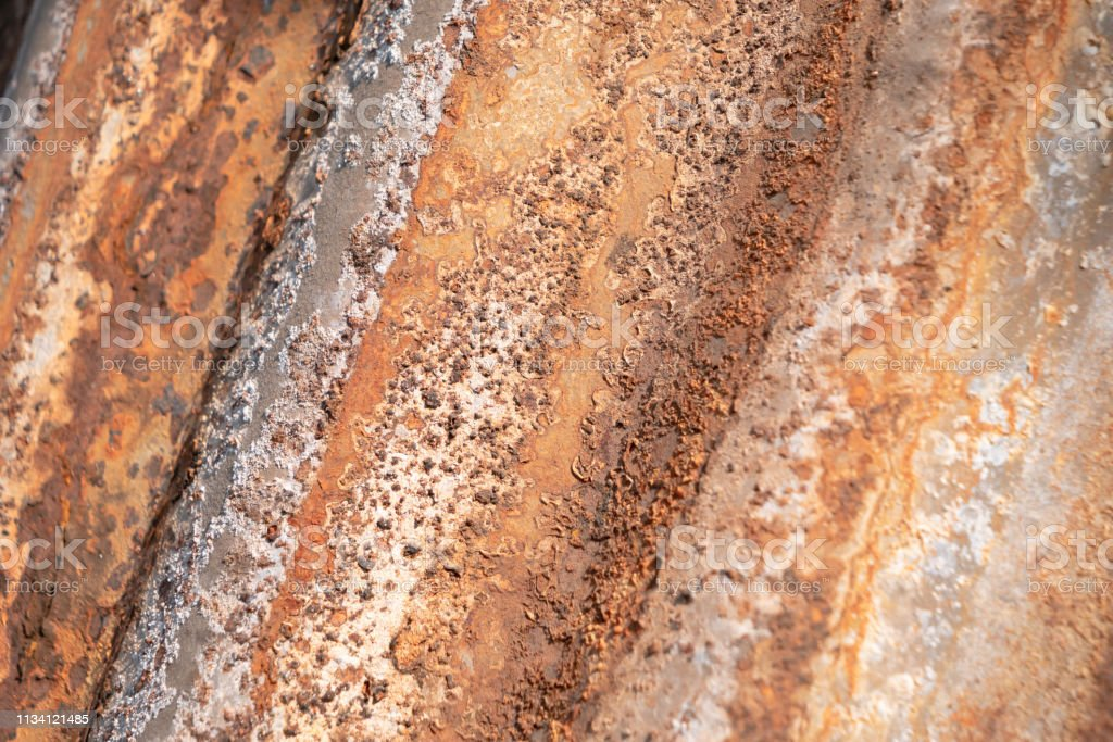 Feche acima da oxidação no backgorund velho do zinco - foto de acervo
