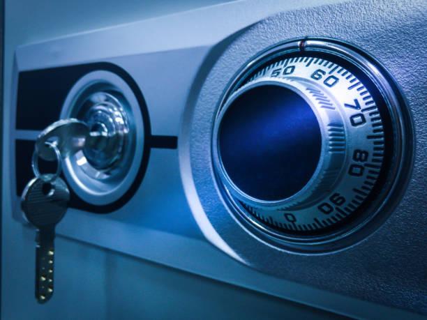 schließen sie das sicherheits-box-passwort in digitaler nummer und schlüssel zu einem geschützten safe box system. - safe stock-fotos und bilder