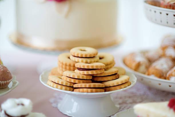 close up, sandwich cookies filled with jam. studio shot. - oreo torte ohne backen stock-fotos und bilder