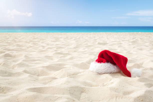 Nahaufnahme Santa Hut auf einem weißen Sand unendlich karibischen Strand. Weihnachts-Urlaubsreisekonzept – Foto