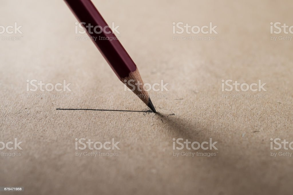 Close up sharpen pencil on brown paper photo libre de droits