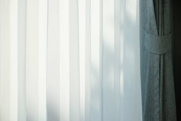 nahaufnahme der schiere vorhang mit schönen sonnenlicht am morgen - gardinen weiß stock-fotos und bilder