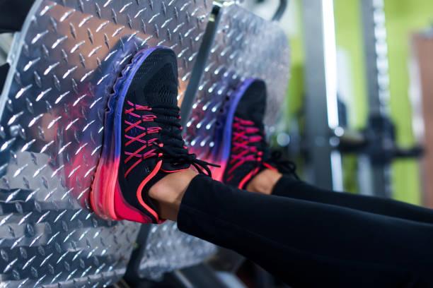 Nahaufnahme Schuh einer fit junge Frau tun Bein – Foto