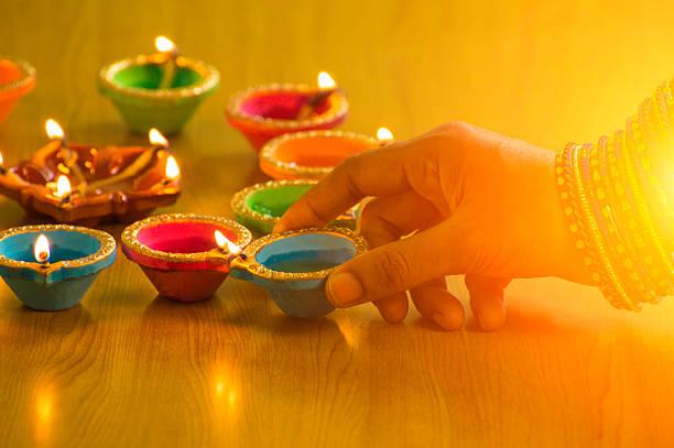 Nahaufnahme Schuss von hand Beleuchtung bis Diwali Lampe – Foto