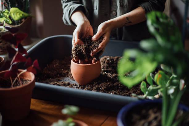 흙으로 작업 하는 손 샷 닫기 스톡 사진