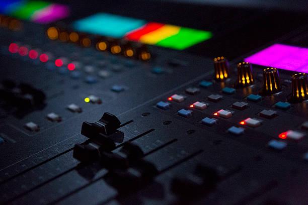 nahaufnahme schuss von sound mixing schreibtisch im ort - postproduktion stock-fotos und bilder