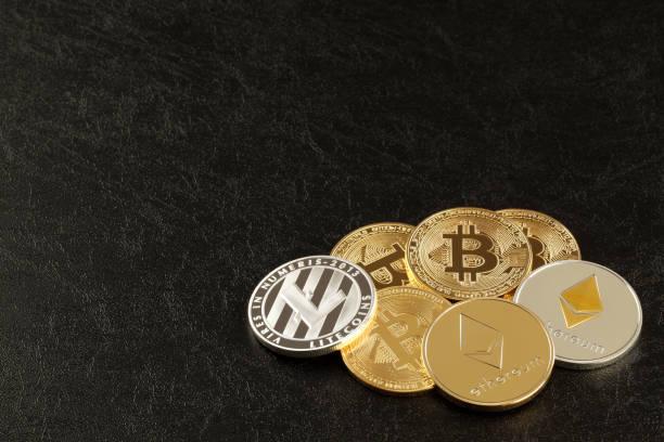 üç ana cryptocurrencies atış kadar kapatır; bitcoin, ethereum ve litecoin koyu yüzey. - kripto para birimi stok fotoğraflar ve resimler