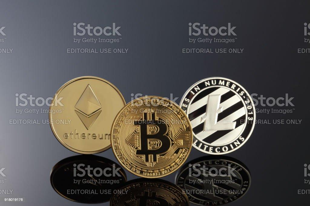 Cerrar tiro de tres cryptocurrencies principales; Bitcoin, Etereum y litecoin en la superficie oscura. - foto de stock