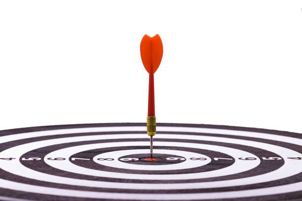 Nahaufnahme Schuss roten Pfeil Pfeil am Zentrum der Dartscheibe, Metapher zum Ziel Erfolg, Gewinner-Konzept – Foto
