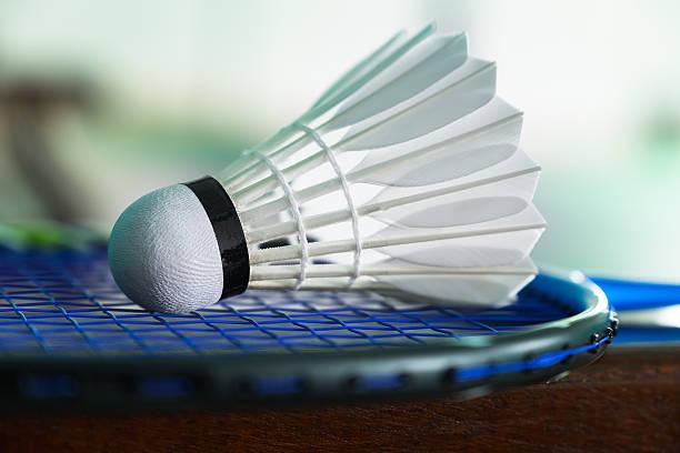 acercamiento volantes de en una raqueta de bádminton - bádminton deporte fotografías e imágenes de stock