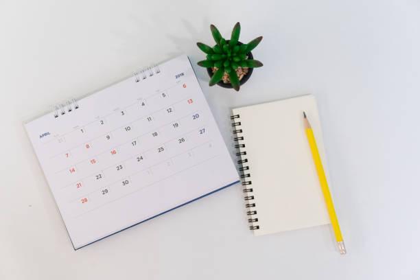 weicher fokus auf top-view-kalender april 2019 mit notebook, stift und anlage am bürotisch mit top-view-konzept - sprüche kalender stock-fotos und bilder