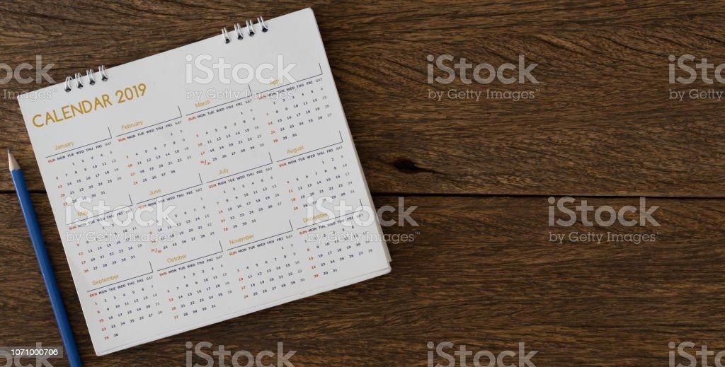 gros plan flou sur crayon jaune sur calendrier 2018 au bureau avec vue de dessus vue de la nomination de faire ou de se rappeler un événement important sur la notion de date photo libre de droits