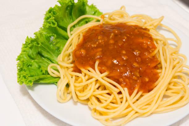 spaghetti auf teller hautnah. - pasta cabonara stock-fotos und bilder