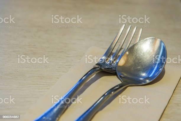 Närbild Av Rostfritt Stål Gaffel Och Sked Ställer På Matbord För Middag-foton och fler bilder på Bankett
