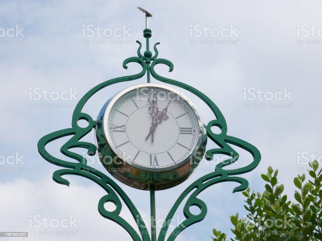 Grosse Horloge Fer Forgé photo libre de droit de gros horloge de rue contre un ciel
