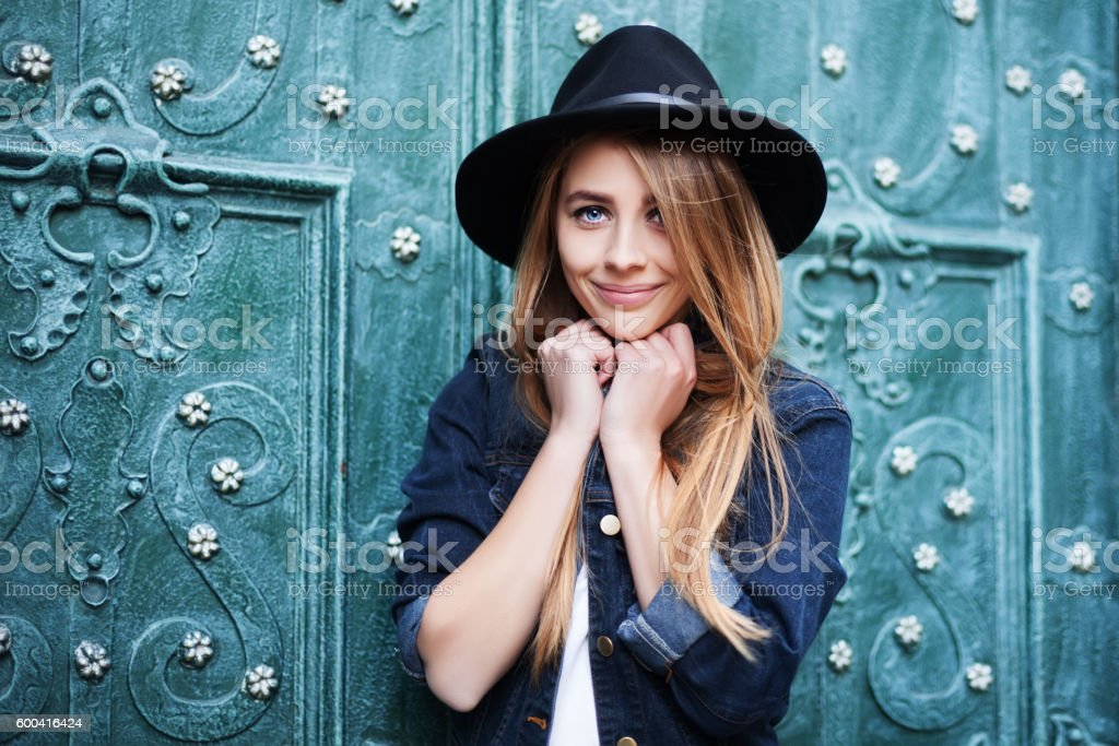 Close up street portrait of cute young smiling happy lady – Foto