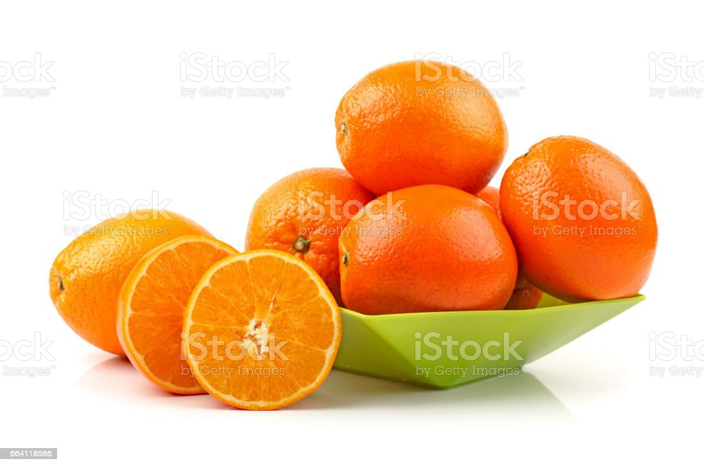 Close up studio shot of 5 oranges on white background foto stock royalty-free
