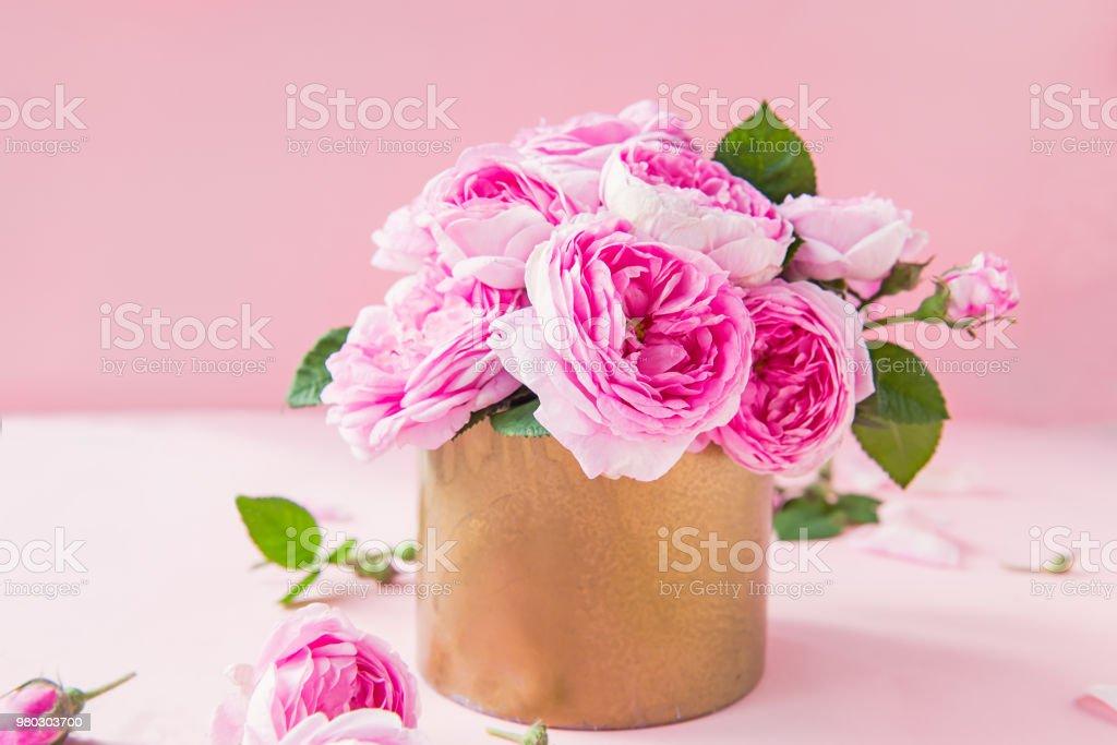 Nahaufnahme Zart Rosa Tee Rosen In Vintage Goldenen Topf Auf Rosa Hintergrund Postkarte Mockup Sommer Fruhling Blumen Selektiven Fokus Kopieren Sie