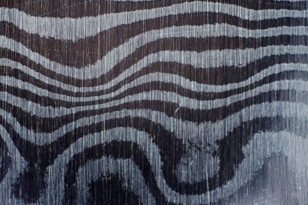 textur der damuscus stahl muster hintergrund hautnah. - damaststahl stock-fotos und bilder