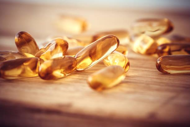 Nahaufnahme der Vitamin D und Omega-3 Fischöl Kapseln Ergänzung für gutes Gehirn, Herz und Gesundheit Essen nutzen – Foto