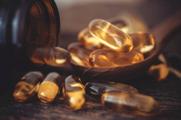 d vitamini ve omega 3 balık yağı kapsülleri ek iyi beyin, kalp ve sağlık yarar yemek için ahşap plaka üzerinde kapatın - vitamin d stok fotoğraflar ve resimler