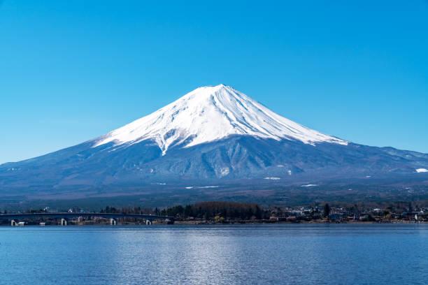 美しい富士山の頂上を埋め、朝は青空を覆い、川口湖、山梨、アジアでは日本。日本の有名なランドマーク。最高のアトラクション旅行。 - 富士山 ストックフォトと画像