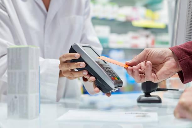 Nahaufnahme einer Hand, die eine Kreditkarte hält und contacless bezahlt – Foto