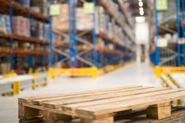 close up view of an empty palette in large warehouse facility. - pallet foto e immagini stock