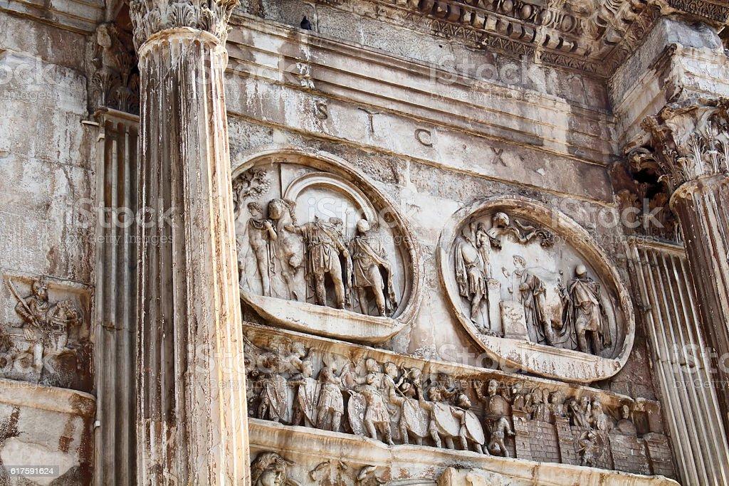 Close up view of arch of Constantine (Arco di Costantino) - foto de acervo