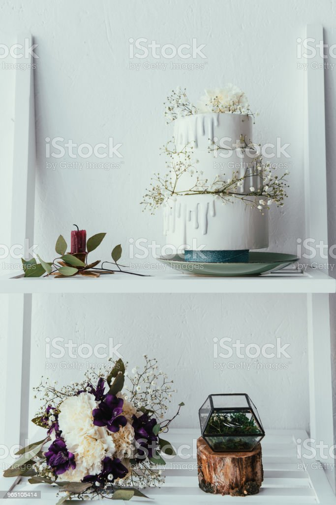 close up view of arranged wedding cake, bridal bouquet and wedding rings for rustic wedding zbiór zdjęć royalty-free