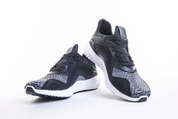 zbliżenie na czarne sportowe buty do biegania i fitnessu, trampki lub trampki odizolowane na białym tle. - but sportowy zdjęcia i obrazy z banku zdjęć