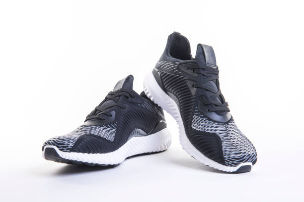 nahaufnahme der schwarze sportschuh laufen und fitness, turnschuhe oder trainer isoliert auf einem weißen hintergrund. - joggingschuhe stock-fotos und bilder