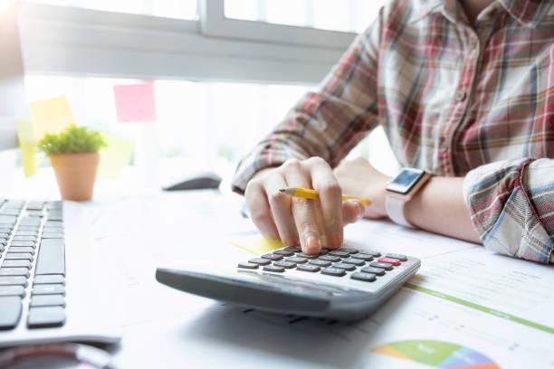 Nahansicht der Bücherbuchhalter oder Finanzinspektoren, die Bericht erstellen, berechnen oder den Saldo überprüfen. Hausfinanzen, Investitionen, Wirtschaft, Sparen oder Versicherungskonzept – Foto