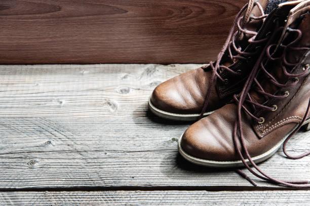 nahaufnahme von braunem leder mann oder frau neue trockene saubere schuhe - nähfuß stock-fotos und bilder