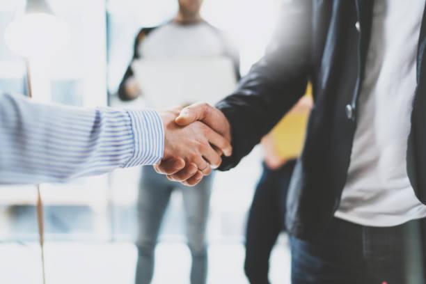 Nahaufnahme der geschäftlichen Partnerschaft Handshake. Konzept zwei Kollegen Handshaking Prozess. Erfolgreichen Geschäftsabschluss nach großen treffen. Der Hintergrund jedoch unscharf. – Foto