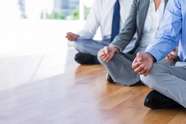nahaufnahme von geschäftsleuten, die yoga machen - yoga fürs büro stock-fotos und bilder
