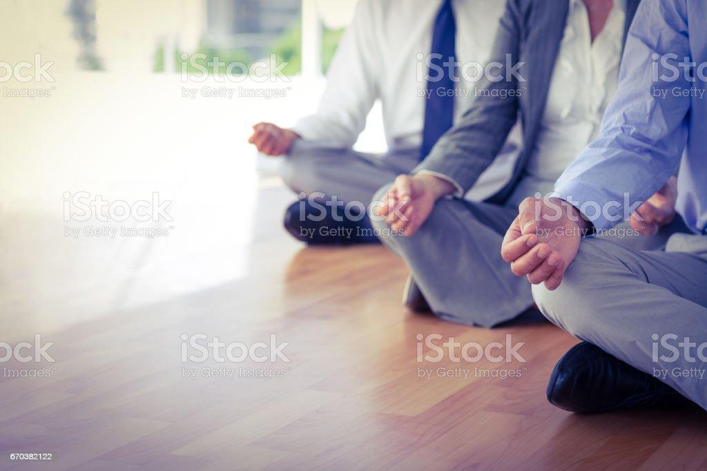 Bouchent la vue des gens d'affaires faire du yoga - Photo