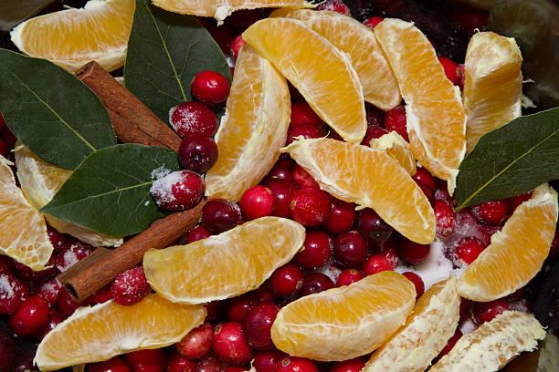 close up view of cranberry sauce with oranges - crock pot süßigkeiten stock-fotos und bilder