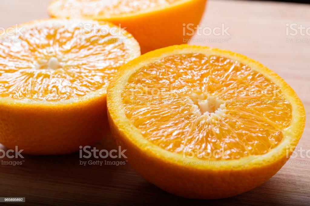 Close-up van vers gesneden stukjes sinaasappel - Royalty-free Biologisch Stockfoto