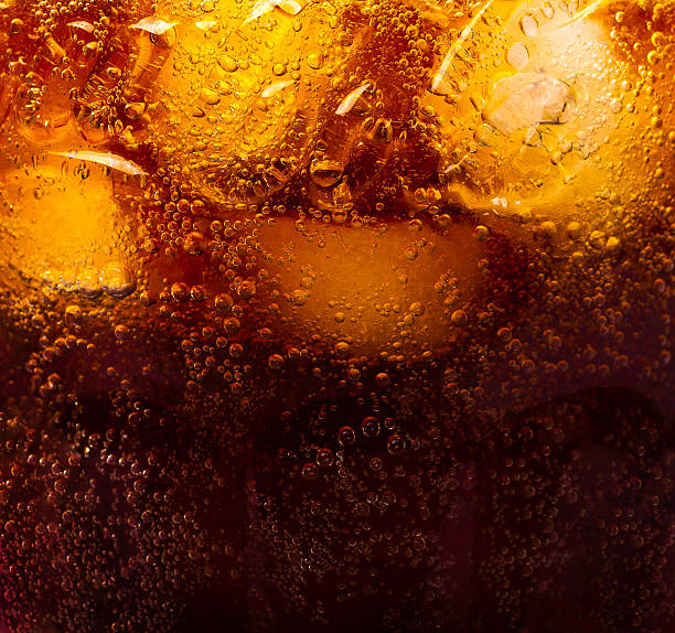 close up view of the ice cubes in cola background - 可樂 個照片及圖片檔