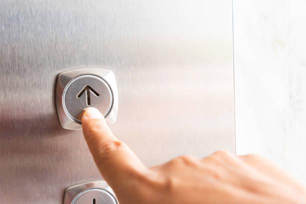 Nahaufnahme Waman Handpresse auf Knopfdruck Aufzug im Inneren des Gebäudes für hochrangige Obergeschoss. – Foto