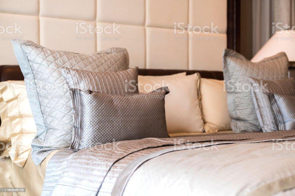 Nahaufnahme Weiß Beige Weiche Kissen Auf Bett Und Decke ...