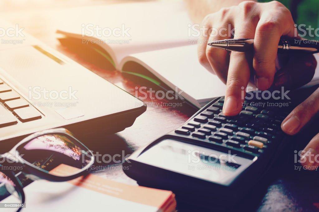 Cerca mujer haciendo finanzas calcular gastos. - foto de stock