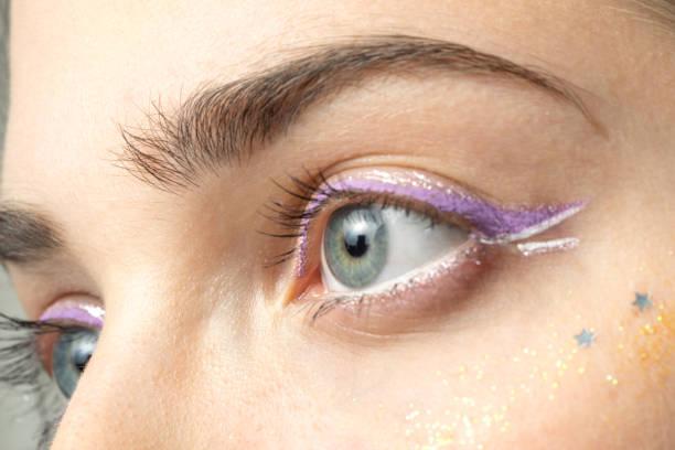 augen der frau mit hellen make-up hautnah - lila augen make up stock-fotos und bilder