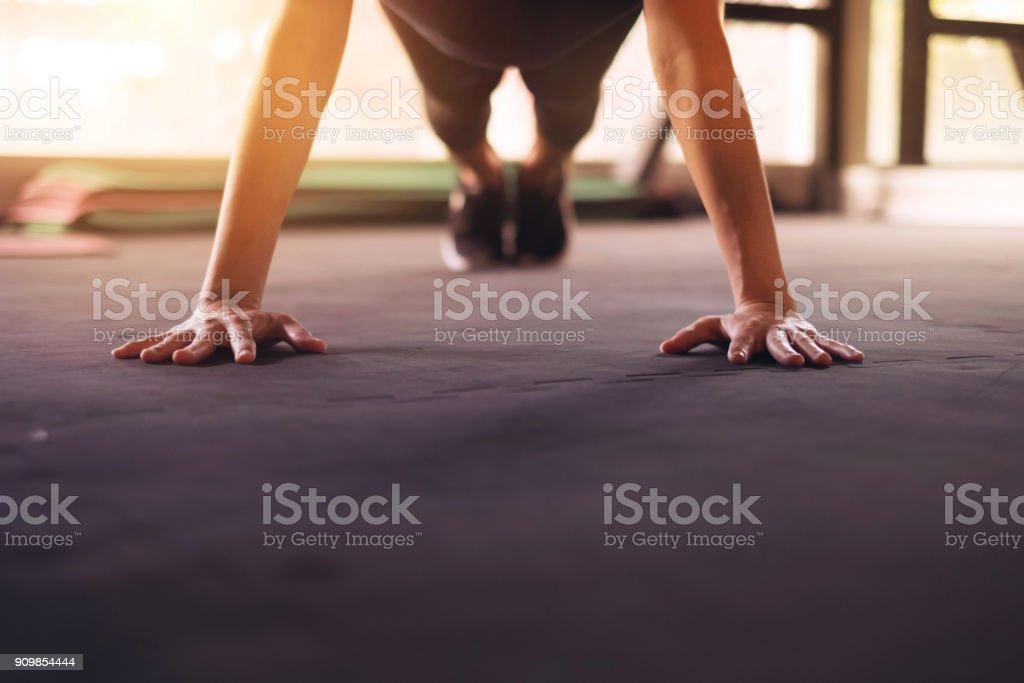Frau Hand Übung Push Ups in einem Fitnessstudio morgen, Sonnenlicht-Effekt hautnah. – Foto
