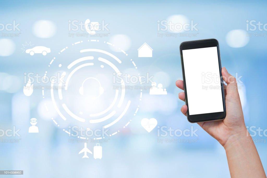 gros plan la main de femme tenant le smartphone avec blanc interface mock up sur appareil et virtuel de toute assurance sur flou fond (isolée avec les chemins de la main) - Photo