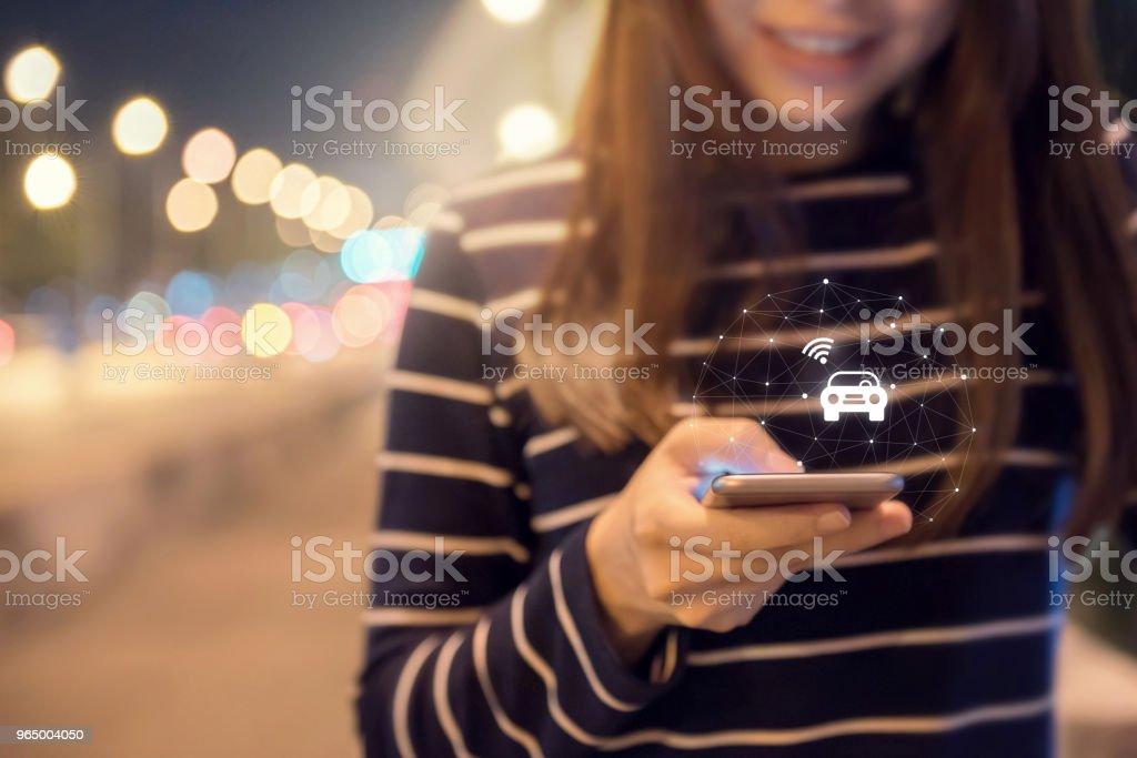 Nahaufnahme Frau Hand Aufträge ein Taxi aus seiner mobilen Smartphone-Applikation. – Foto